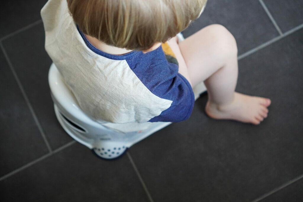 Kleinkind Junge Töpfchen Tröpfchentraining